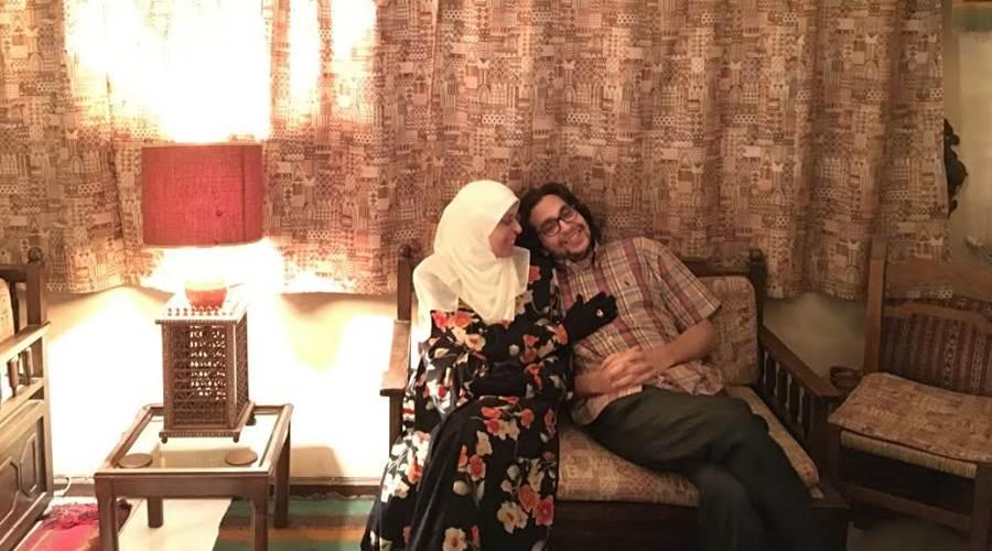 مع إبني محمد الذي صمم على البقاء معي في البيت . (الصورة طبعا قبل أن يصبح اللمس ممنوعا)