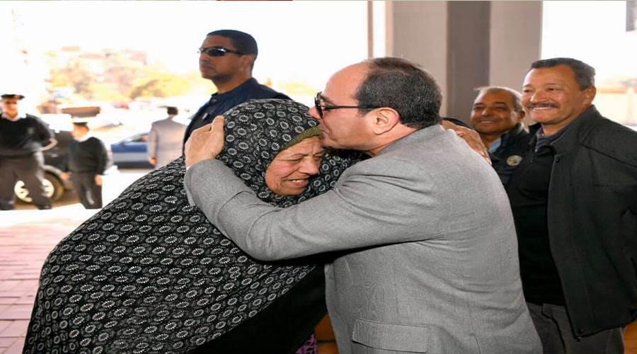 الرئيس يقبلي إحدي عظيمات مصر