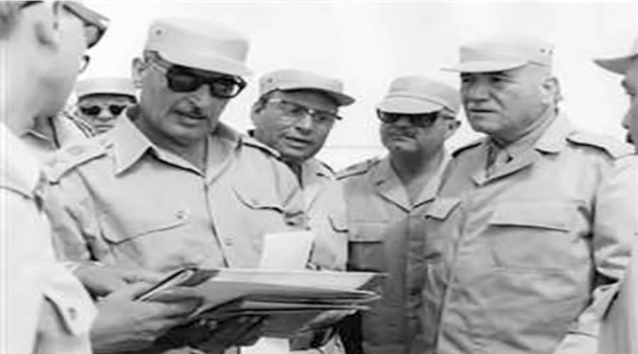 أحمد إسماعيل وزير الحربية يستمع باهتمام للفريق واصل أثناء مشروع تكتيكى عام 1973