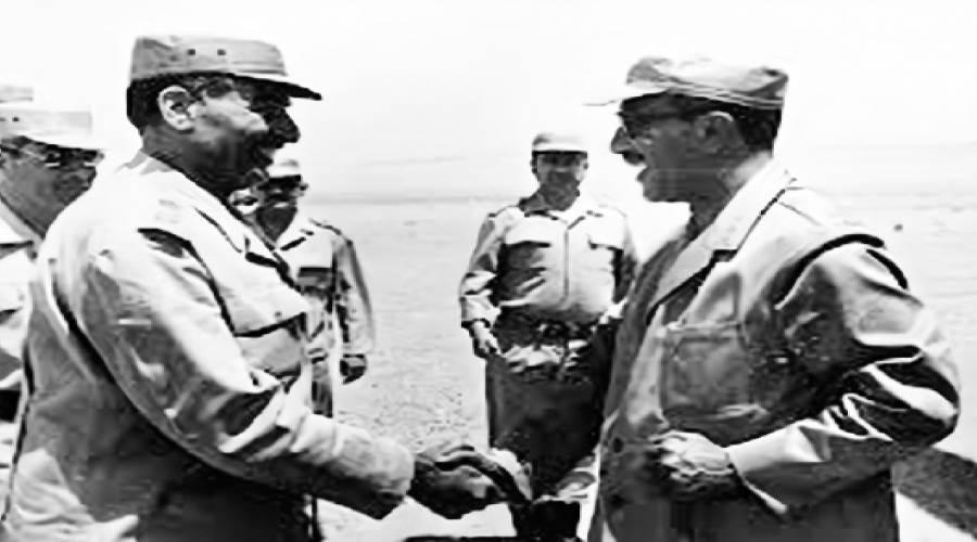 الرئيس السادات يتحدث مع الفريق عبدالمنعم واصل أثناء زيارته للجيش الثالث الميدانى