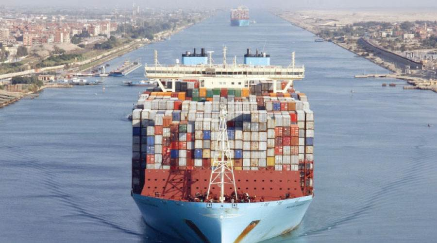 سفينة حاويات أثناء عبورها مجرى قناة السويس