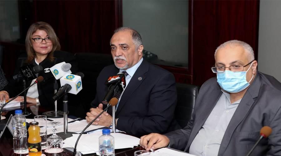 الكاتب والأكاديمي الدكتور ســامـح فــوزي أقصى اليمين متحدثاً