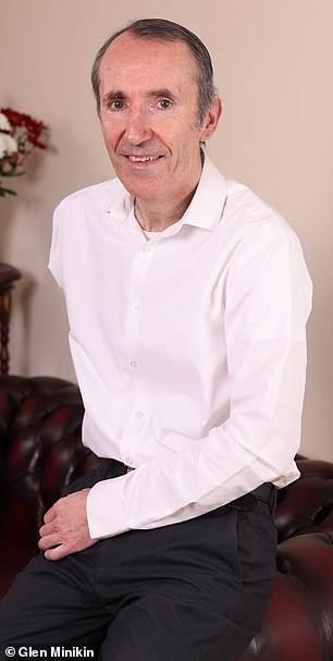 يدعي ستيفن روبنسون ، 57 عامًا (في الصورة) أن شخصية غامضة أعادته إلي وعيه