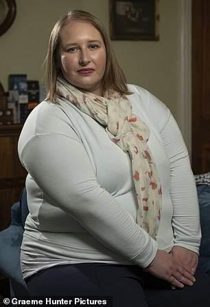 تدعي مولي موراي ، 53 عامًا (في الصورة) أنها رأت نفسها مستلقية في سرير المستشفى من خلال الضوء