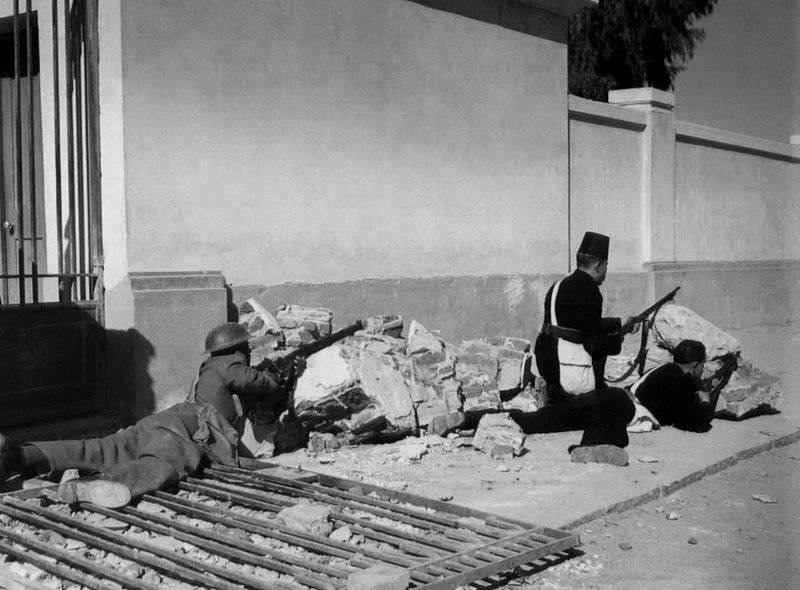 صورة أرشيفية لأبطال الشرطة في معركة الاسماعيلية