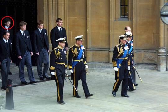 المتهم أثناء مشاركته في جنازة الملكة الأم