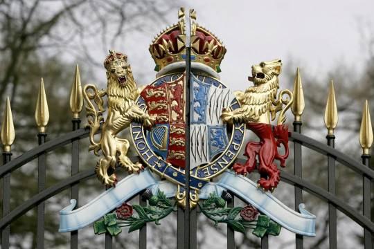 شعار Bowes-Lyon على أبواب قلعة Glamis في Angus ، حيث نشأت الملكة الأم