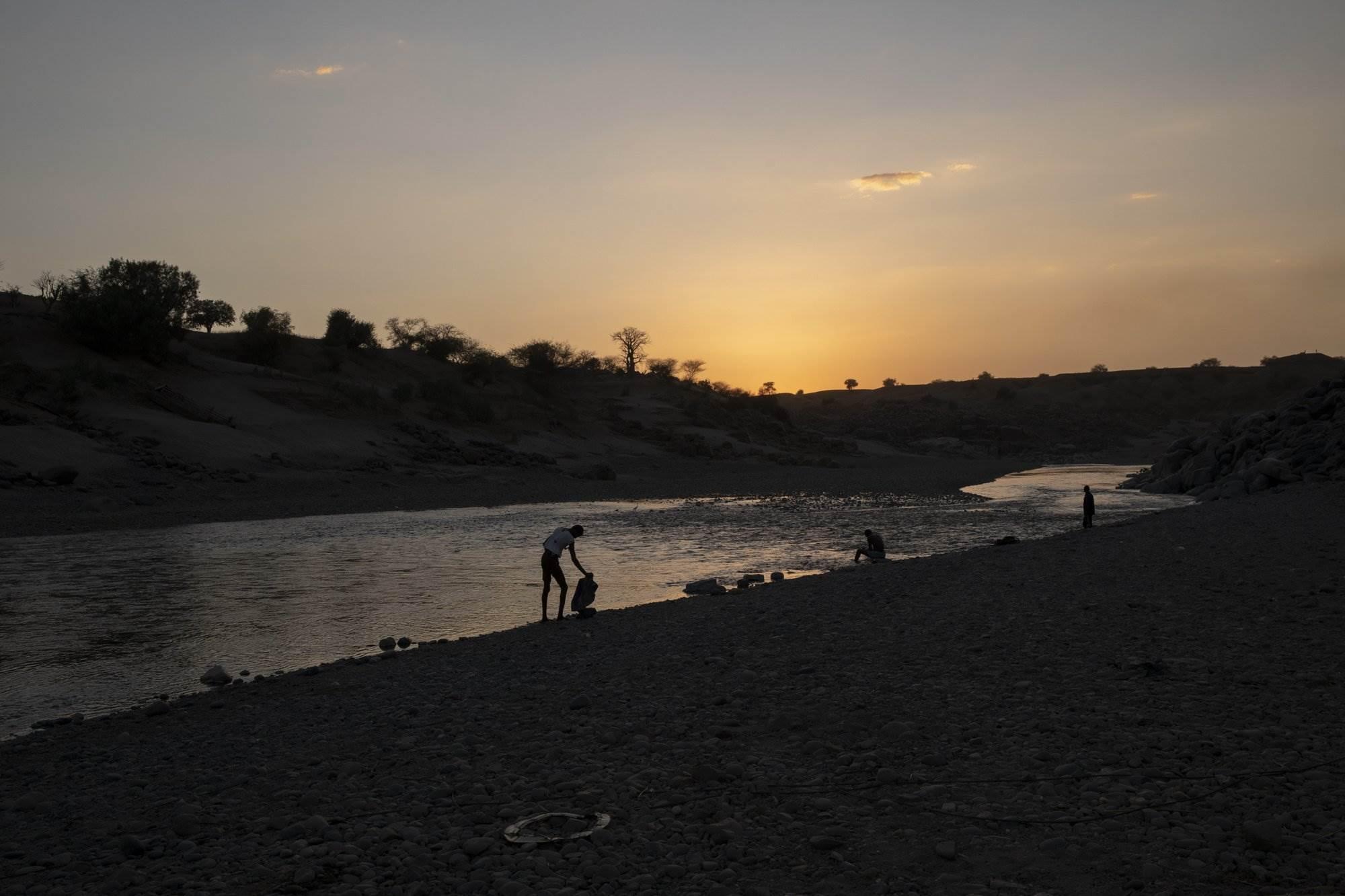 شهود عيان يكشفون على تناثر الجثث على ضفاف النهر