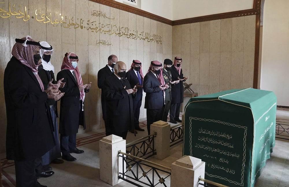 الملك والاسرة الهاشمية امام قبر الحسين