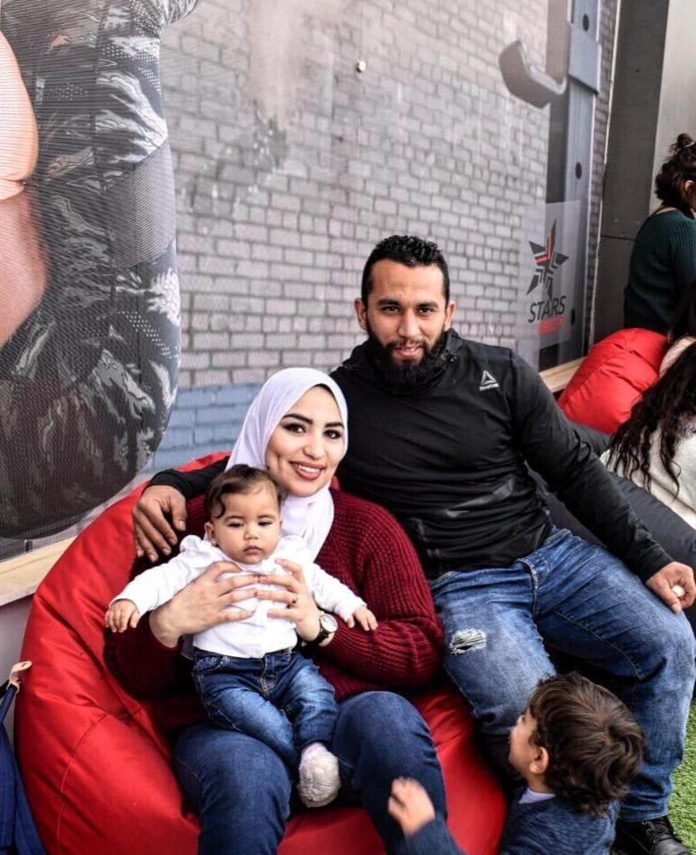 عبير عبد الرحمن بطلة رفع الأثقال الاولمبية وزوجها وابنتهم الصغيرة