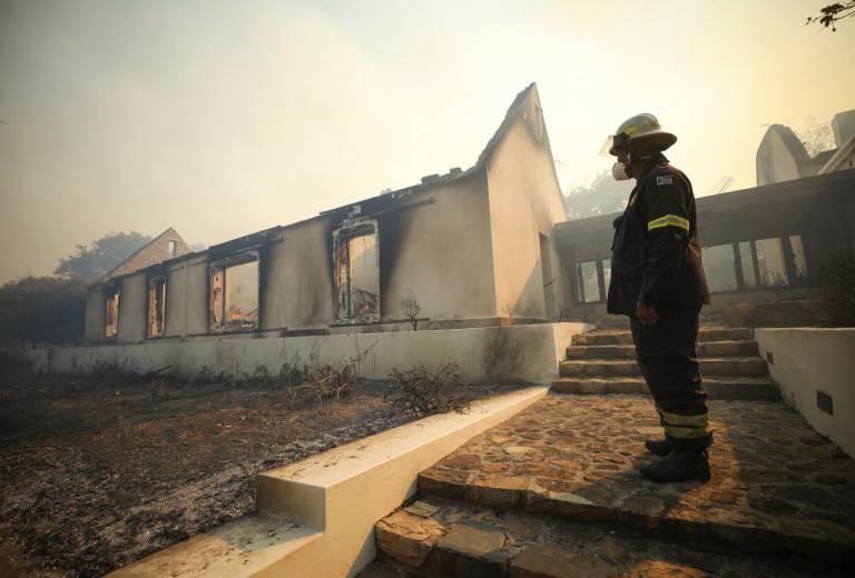 رجل إطفاء ينظر إلى المباني في مطحنة موسترت التاريخية