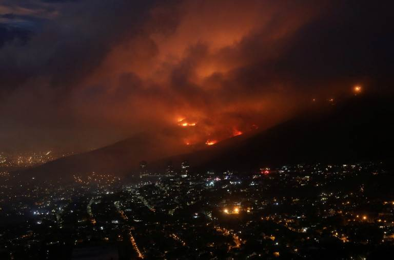 بدأ الحريق على منحدرات الجبل، لكن الرياح نشرت اللهب عبر فرشاة جافة في درجات حرارة دافئة