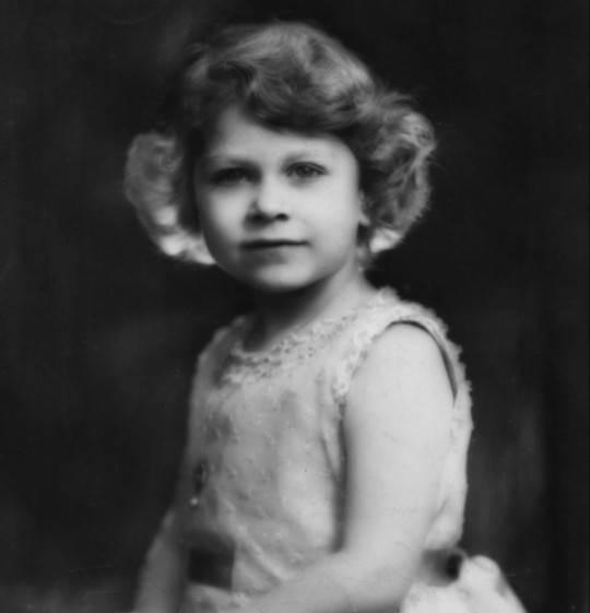 صورة التقطت لملكة بريطانيا إليزابيث الثانية وهي صغيرة في عمر 6 سنوات