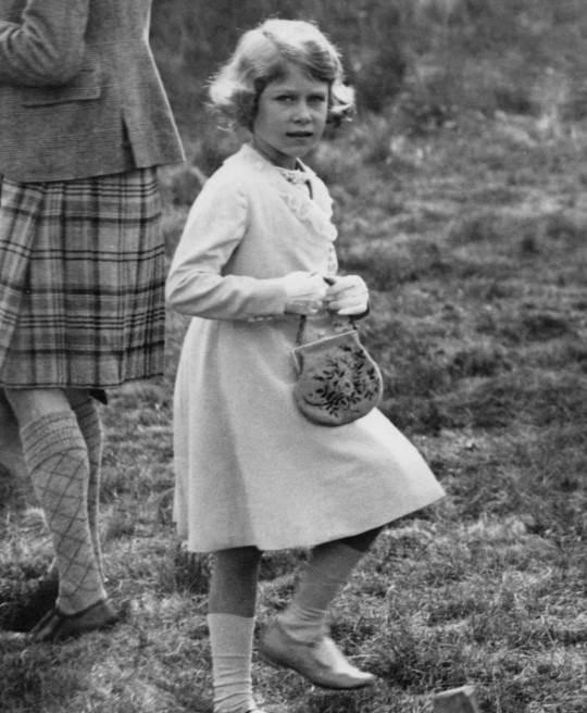 صورة التقطت لملكة بريطانيا عام 1933، وهي في السابعة من عمرها