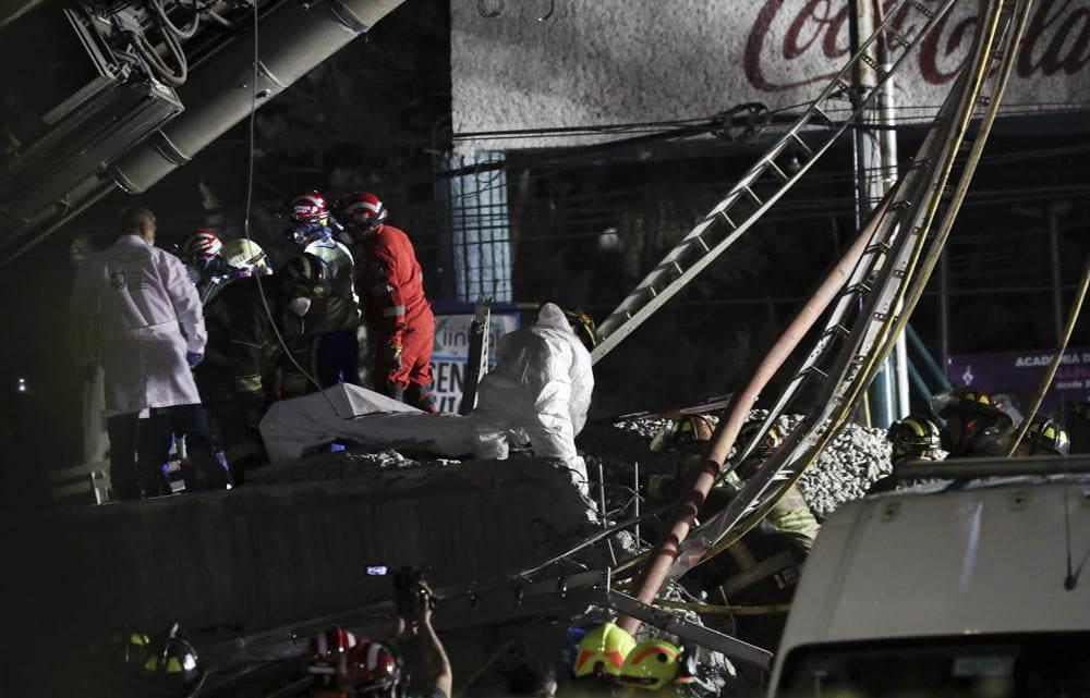 رجال الإنقاذ في موقع حادث مترو محطة أوليفوس على خط المترو ١٢ في مكسيكو سيتي