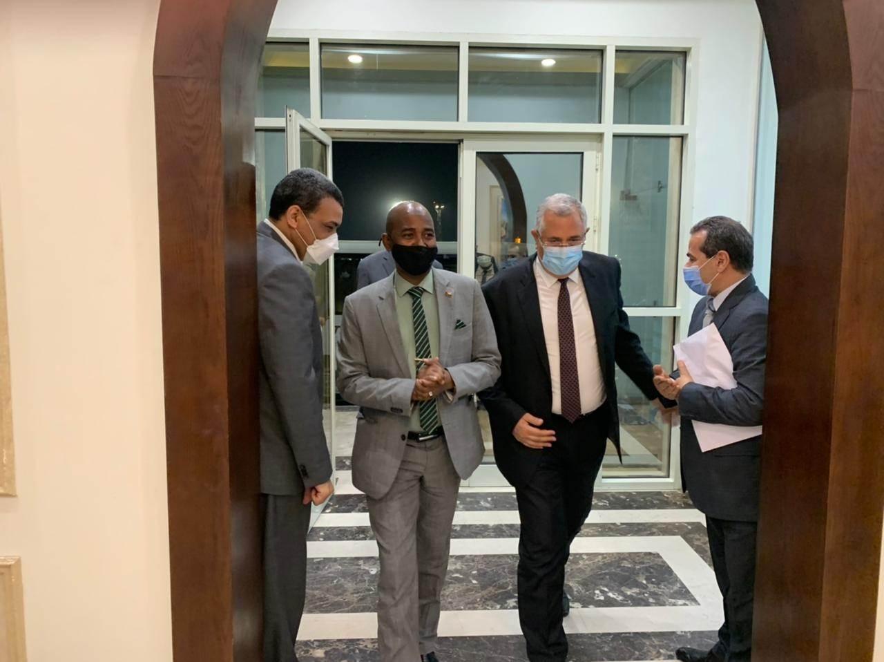 السيد القصير خلال استقباله وزير الثروة الحيوانية السوداني في مطار القاهرة